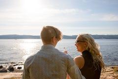 年轻人结合分享悠闲时间在海滩 免版税库存图片