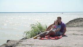 年轻人结合放松在石海滩 股票视频