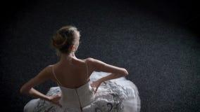 年轻人芭蕾舞短裙的被集中的妇女芭蕾舞女演员剪影spining,芭蕾概念,运动概念,顶面射击 影视素材