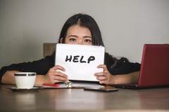 年轻人被注重的和被淹没的沮丧的亚洲中国女实业家工作和用尽了作为要求公司业务的雇员f 免版税库存照片