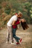 年轻人被迷恋的夫妇在休息快乐地拥抱并且笑  免版税图库摄影