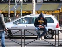 年轻人读书在拉丁区,巴黎,法国 免版税图库摄影