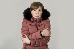 年轻人读了头发可爱和甜妇女摆在有毛皮敞篷发抖和freez的20s或30s被隔绝的佩带的温暖的冬天夹克 库存照片