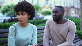 年轻人谈话与长凳的被触犯的女朋友,嫉妒的妇女,破坏 股票视频