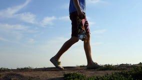 年轻人走与在一条车道的很多奖牌在夏天 股票视频