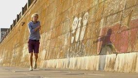 年轻人跳舞迪斯科靠近在堤防的一个深堑侧壁在日落在Slo Mo 股票视频