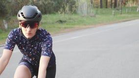 年轻人适合了在自行车的女性triathlete训练 紧密在最前面跟随射击 r t 股票视频