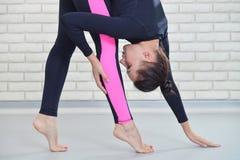年轻人适合了舒展在健身房,特写镜头画象的健康妇女 健身和生活方式概念 库存图片