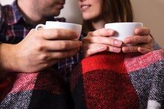 年轻人递两个杯子热的格子花呢披肩女性人咖啡衬衣笼子 图库摄影