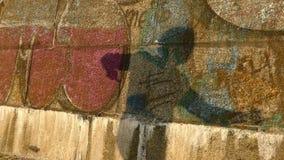 年轻人阴影在一个深堑侧壁附近的舞蹈迪斯科在堤防在slo mo 影视素材