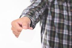 年轻人陈列,给从他的嘲笑设计样板的衬衣的口袋的空白的名片 库存图片