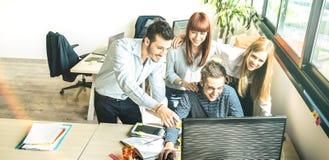 年轻人雇员工友在起始的业务会议在都市coworking的空间演播室-在工作的人力资源概念上 免版税库存照片