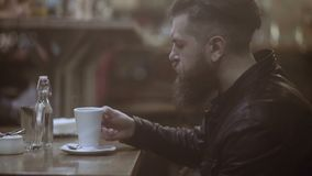 年轻人食用咖啡并且看在窗口外面 英俊的人的画象 股票视频