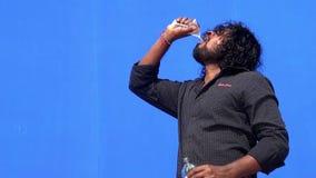 年轻人饮用水和饮料在蓝色屏幕背景 影视素材
