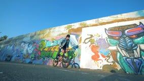 年轻人骑自行车在skatepark,慢动作 影视素材