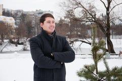 年轻人,走在冬天公园的商人 库存图片