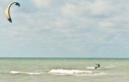 年轻人, kiteboarding在一个热带海滩的男性 免版税库存照片