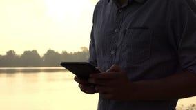 年轻人` s与智能手机的手工在Dnipro在夏天在Slo Mo 影视素材
