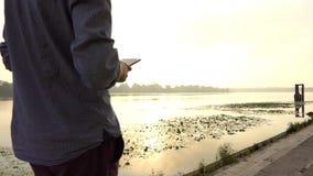 年轻人` s腿沿河岸走在夏天 影视素材