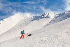 年轻人backcountry滑雪,去上升在山,与 库存照片