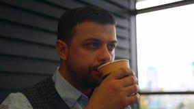 年轻从一次性纸杯的人饮用的咖啡和调查距离 特写镜头 影视素材