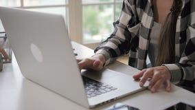 年轻企业主妇女在明亮的屋子里打开在家坐工作场所的膝上型计算机 影视素材