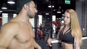 年轻体育在拳击台的训练以后结合谈话 影视素材