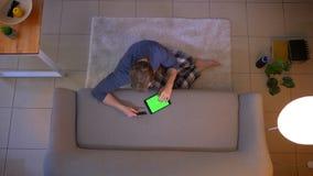 年轻便服男性购物特写镜头顶面射击网上与在片剂的信用卡坐地板 股票录像