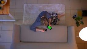 年轻便服男性购物特写镜头顶面射击网上与在电话的信用卡有绿色屏幕开会的 影视素材