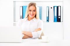 年轻俏丽的女商人在办公室 库存照片