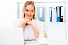 年轻俏丽的女商人在办公室 免版税库存图片