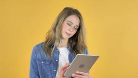 年轻俏丽的女孩浏览互联网,使用片剂 股票视频