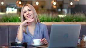 年轻俏丽的妇女中景画象有享受断裂的美好时光坐在桌上在咖啡馆 股票视频