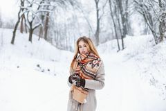 年轻俏丽的妇女在一个时兴的冬天在backgrou穿衣 库存图片