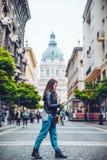年轻俏丽的有地图的妇女步行老欧洲街道 免版税库存图片