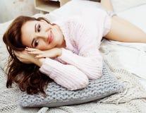 年轻俏丽的深色的妇女在她的坐在窗口,愉快的微笑的生活方式人概念的卧室 库存图片