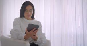 年轻俏丽的白种人女实业家特写镜头画象玻璃的使用片剂和显示对照相机的绿色屏幕 影视素材