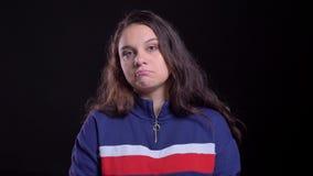 年轻俏丽的白种人女性特写镜头画象有在照相机前面被混淆的长的深色的头发的与 影视素材