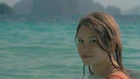 年轻俏丽的白肤金发的女孩游泳画象在海 手段的愉快的妇女 有愉快的妇女的,阳光蓝色海洋和 影视素材