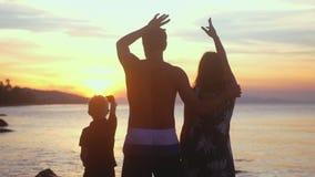 年轻健康家庭在暑假摇手在热带海滩的日落阳光 慢的行动 3840x2160 影视素材