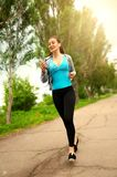 年轻健身女孩赛跑者街道早晨 免版税图库摄影