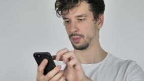 年轻偶然人浏览智能手机 股票视频
