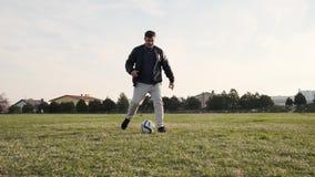 年轻儿子错过从他的爸爸的通行证在运动场慢动作的橄榄球的 股票视频