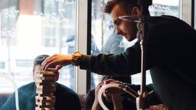 年轻公司获得乐趣并且吃着在酒吧 抽水烟筒,沟通在一家东方餐馆 股票录像
