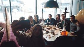 年轻公司获得乐趣并且吃着在酒吧 抽水烟筒,沟通在一家东方餐馆 影视素材