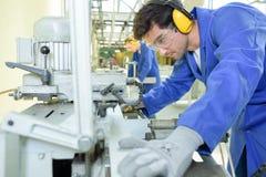 年轻冶金师在工作在学校车间 免版税库存照片