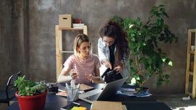 年轻创造性的同事是计划设计、图画布局在笔记本和观看的照片在照相机屏幕上 妇女 影视素材
