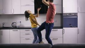 年轻创造性的夫妇` s舞蹈在厨房里移动 股票录像
