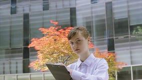年轻办公室助理和清单 股票录像