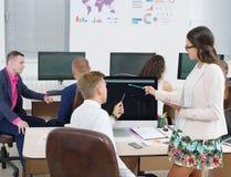 年轻办公室工作者与一台计算机一起使用在办公室 图库摄影